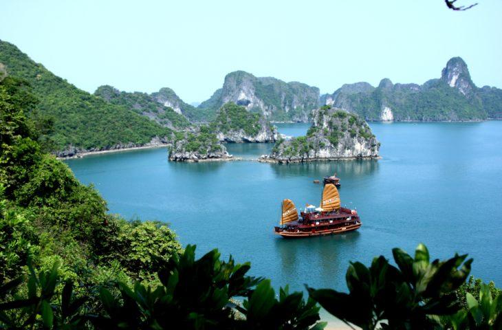 Croisière dans la Baie d'Along lors d'un circuit en Asie du sud-est