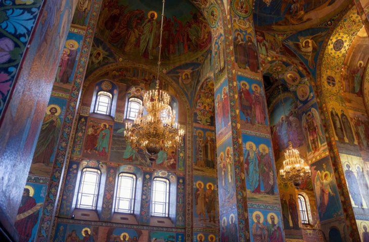 Le voyage organisé à St-Petersbourg mène à visiter l'Eglise Saint-Sauveur