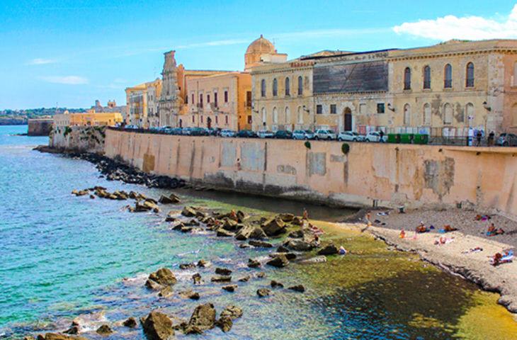 Visiter la Baie de Syracuse pendant un voyage en groupe en Sicile