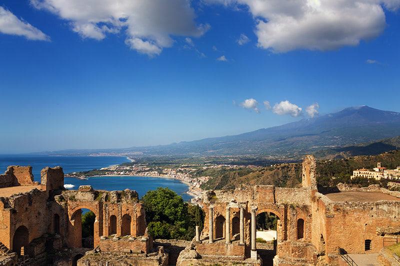 Voyager en groupe en Sicile et visiter l'amphitéâtre de Taormina avec vue sur l'Etna