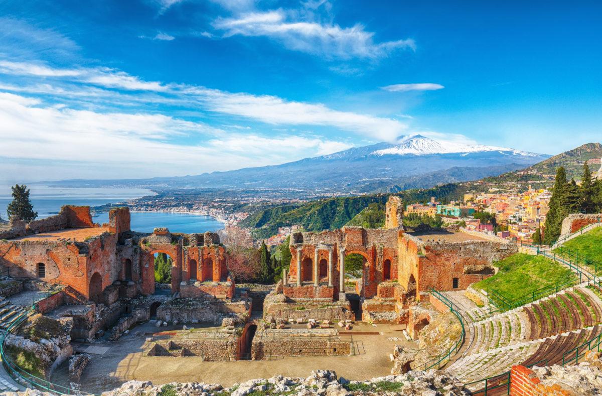 Théâtre grec à Taormina, volcan de l'Etna en arrière-plan