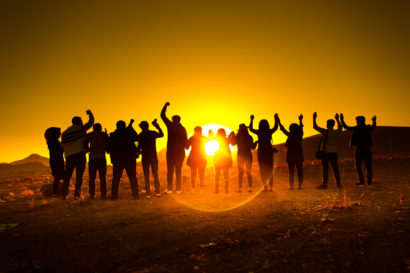 Un voyage en groupe organisé face à un coucher de soleil