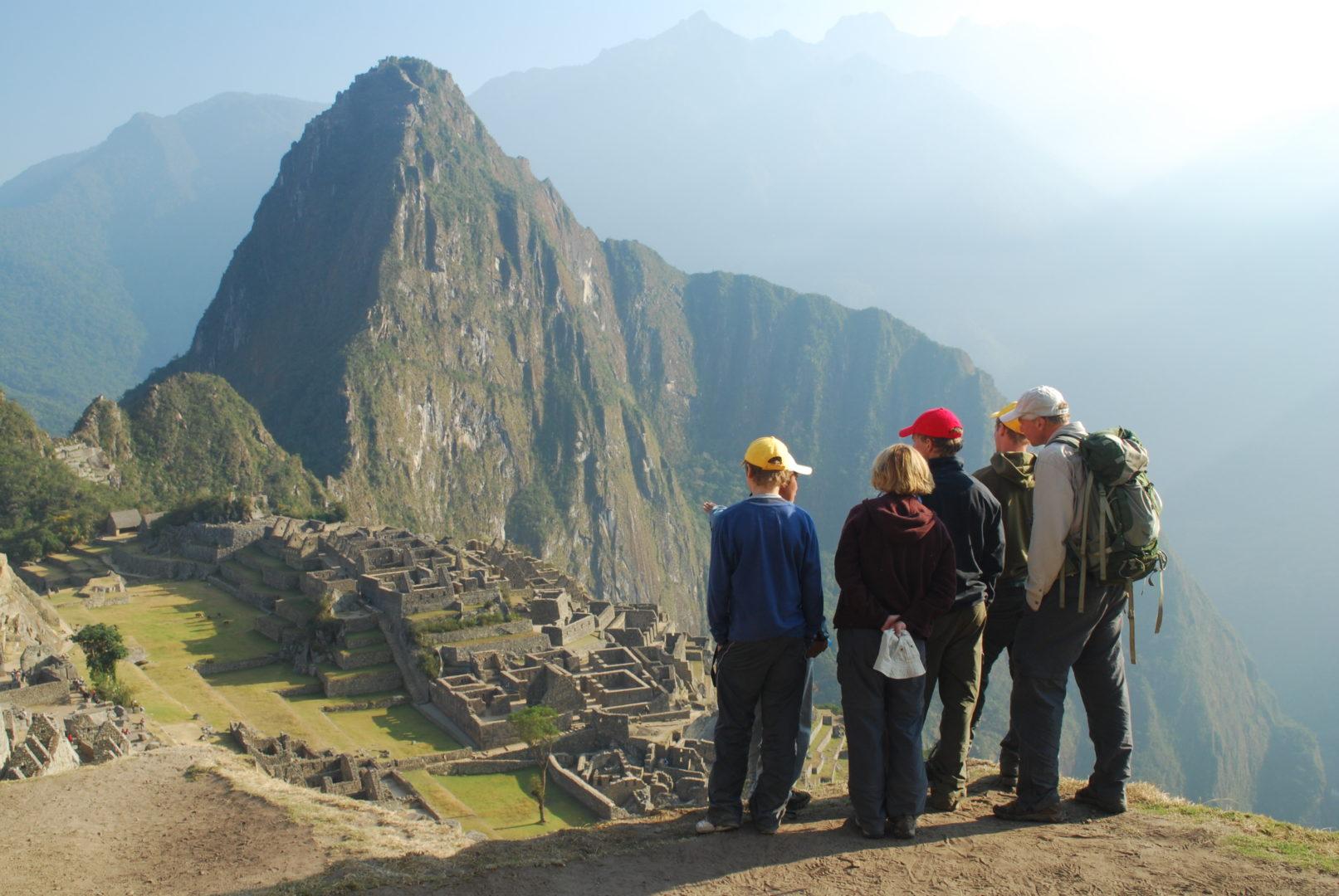 Visite guidée par un professionnel pour un groupe de voyageurs au Machu Picchu