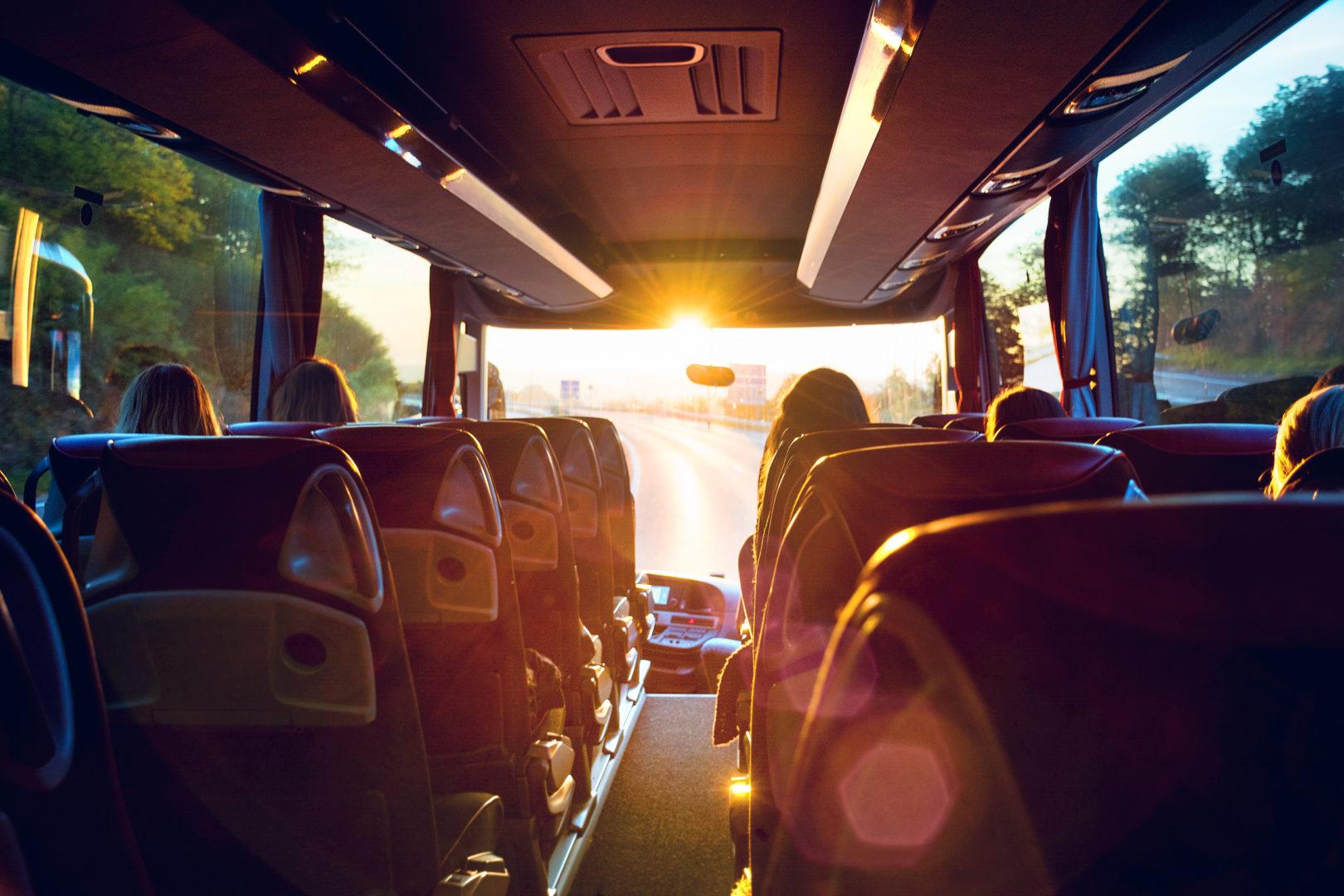 Voyager en groupe dans un bus confortablement