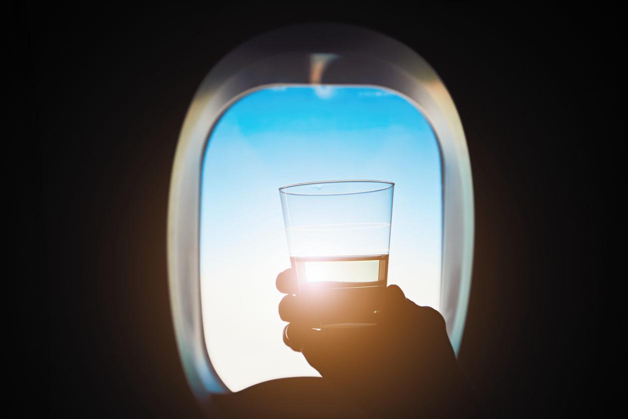 S'hydrater pour préparer un long voyage en avion