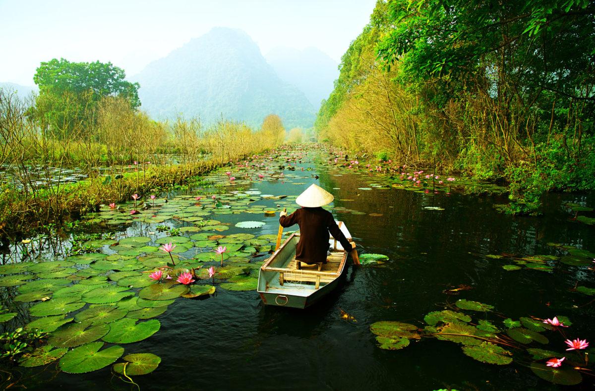 Voyage en groupe Vietnam découvrir un yen sur la pagode de Huong Hanoi