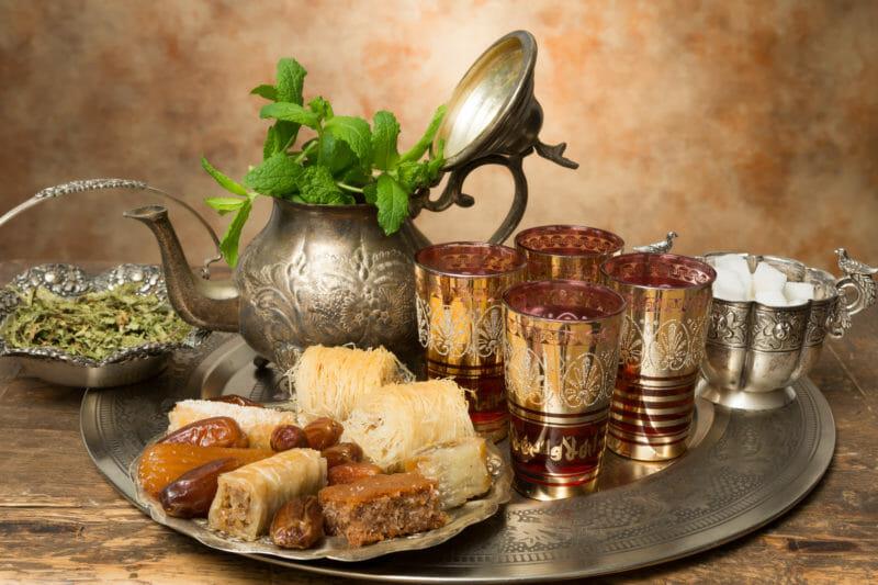 Thé marocain et biscuits au miel lors d'un voyage au Maroc