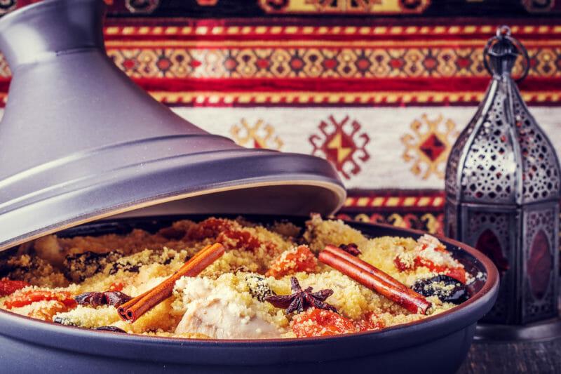 Savourer un tajine au poulet au Maroc