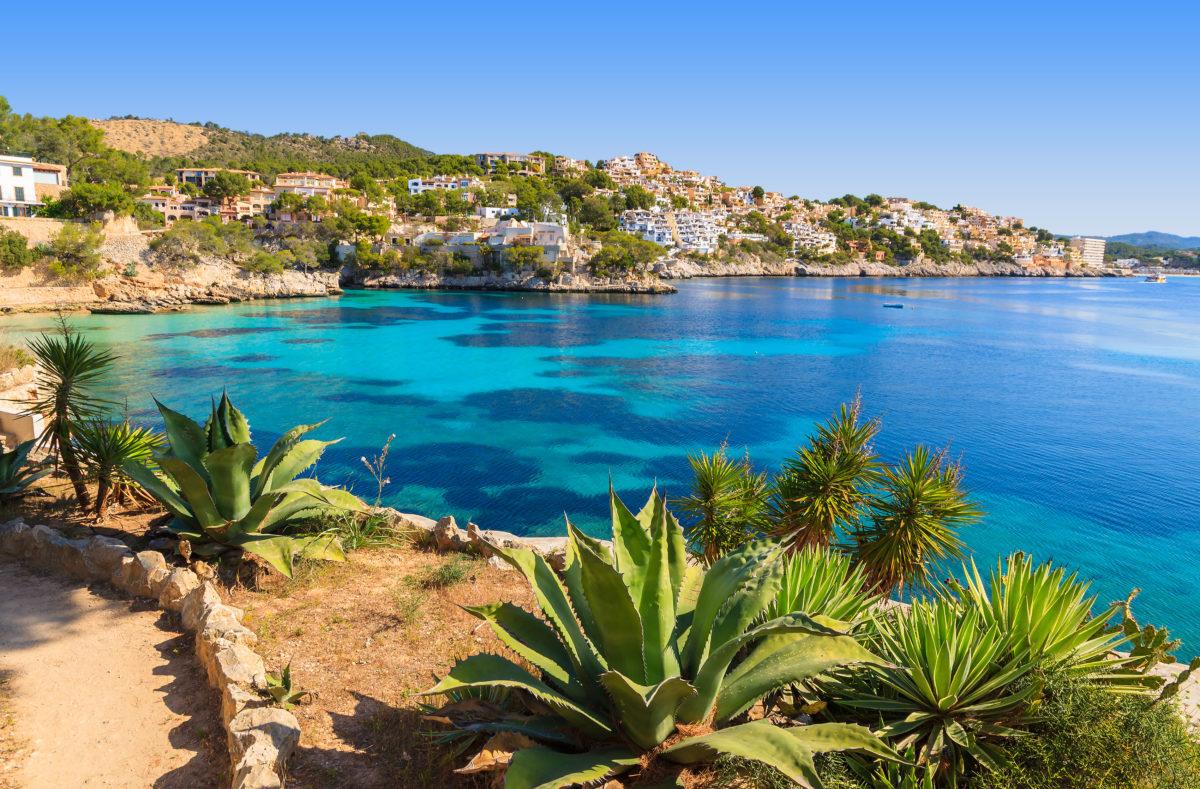 Vue sur la mer, village de plage d'eau azur, Cala Fornells, île de Majorque