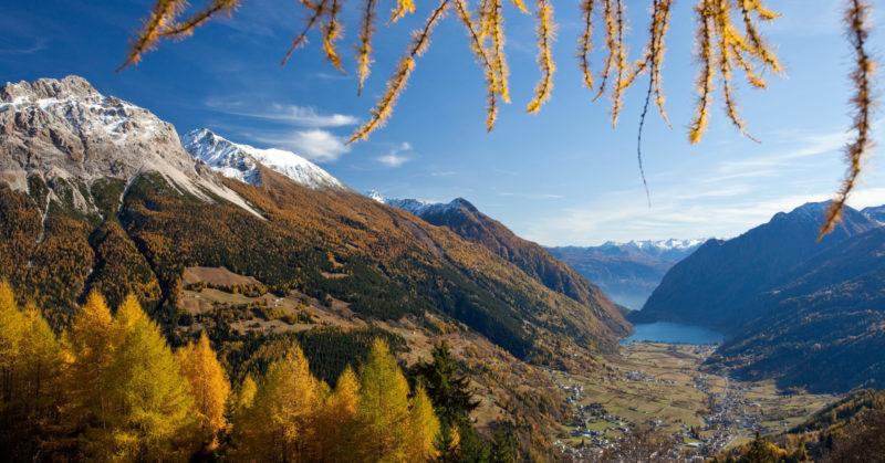 Paysage automnale dans la nature du Val Poschiavo aux Grisons