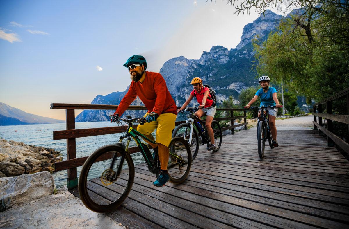 cyclistes au lever du soleil et au paysage lacustre de Garda à Majorque