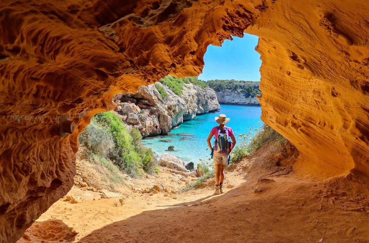 Grotte de sable près de la pittoresque plage de mer. Cala des Moro