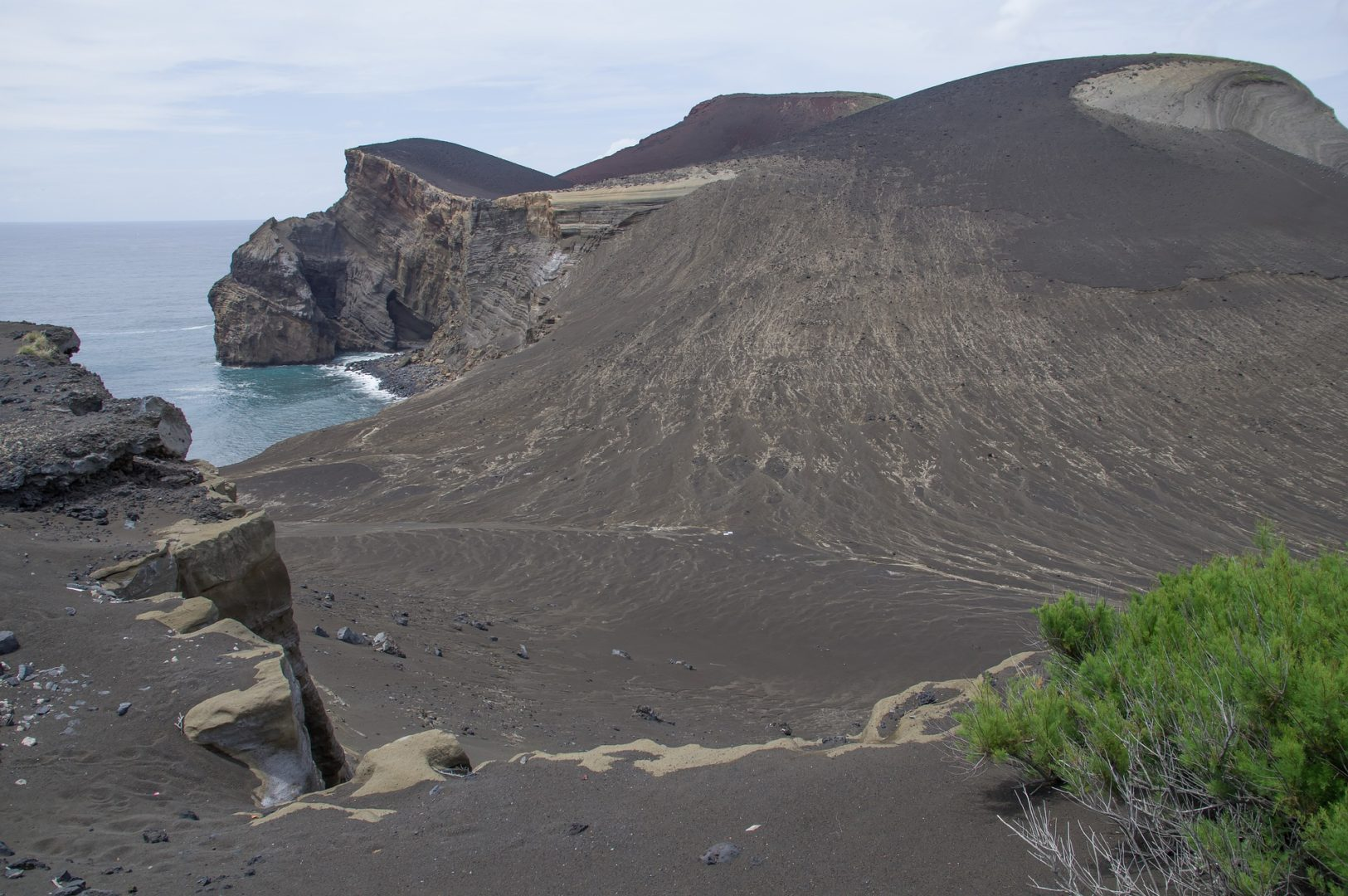 Se balader dans les paysages volcaniques lors d'un voyage aux Açores