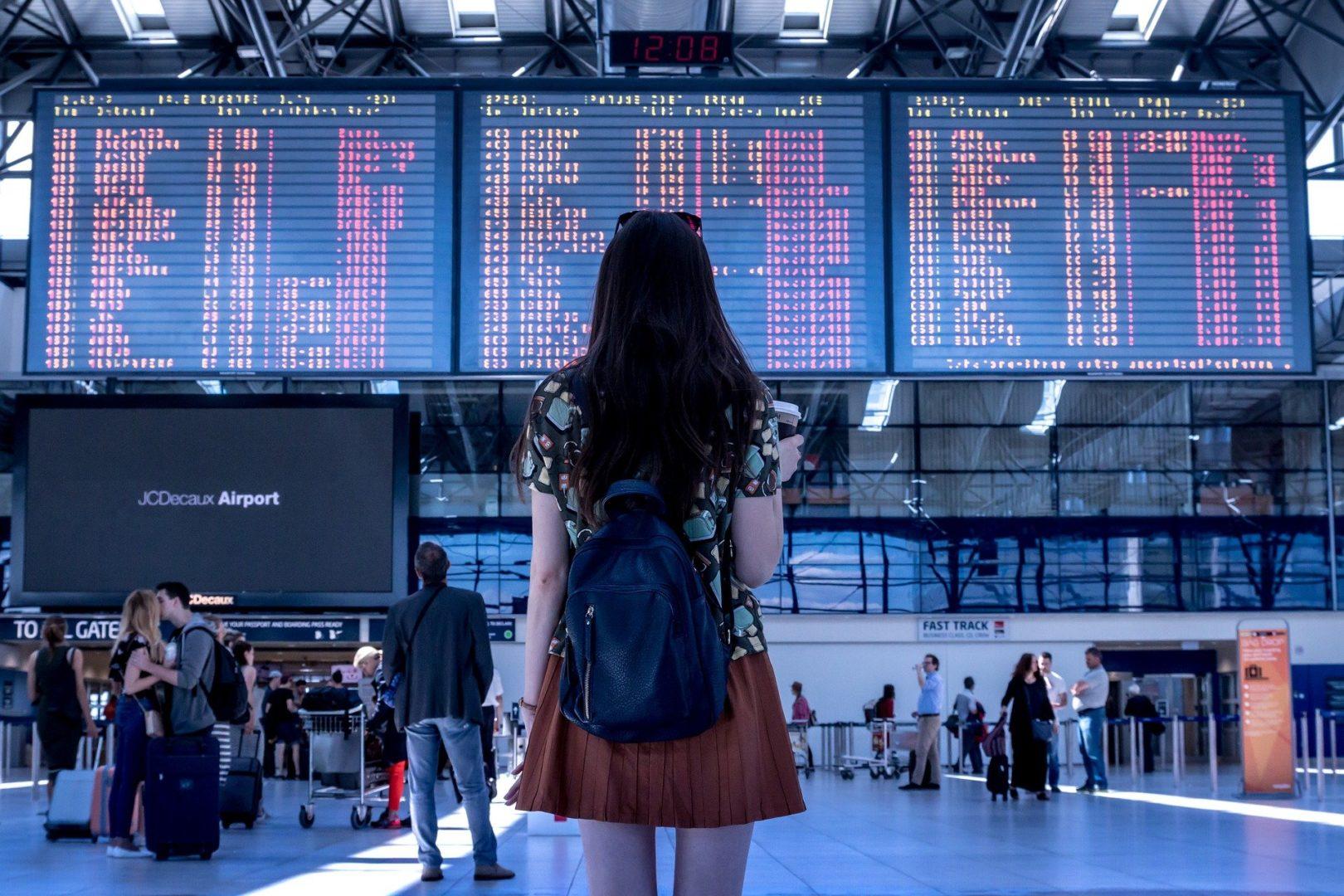 Gérer des imprévus en voyage, comme un vol retardé ou déplacé