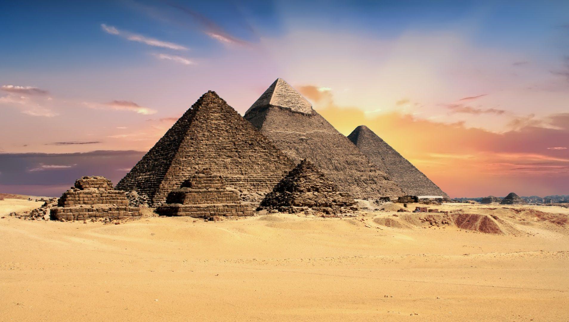 Gizeh en Egypte pyramides destination historique