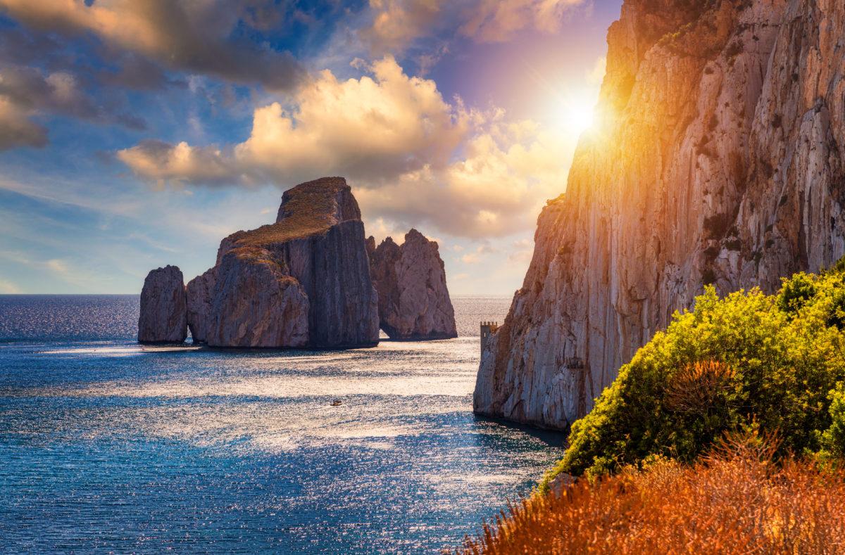 """Hautes falaises de la côte méditerranéenne, """"Pan di Zucchero"""" à Masua, côte ouest de la Sardaigne"""