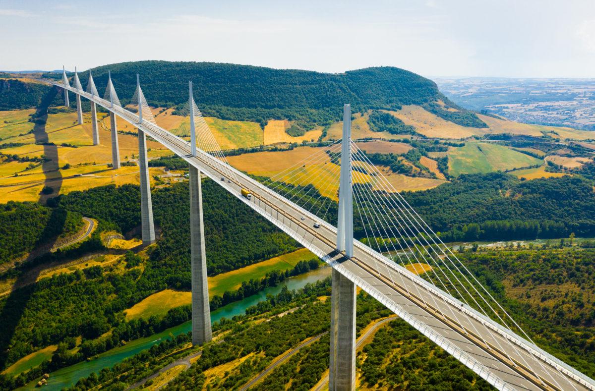 Viaduc de Millau à travers la vallée de la rivière Tarn dans le sud de la France