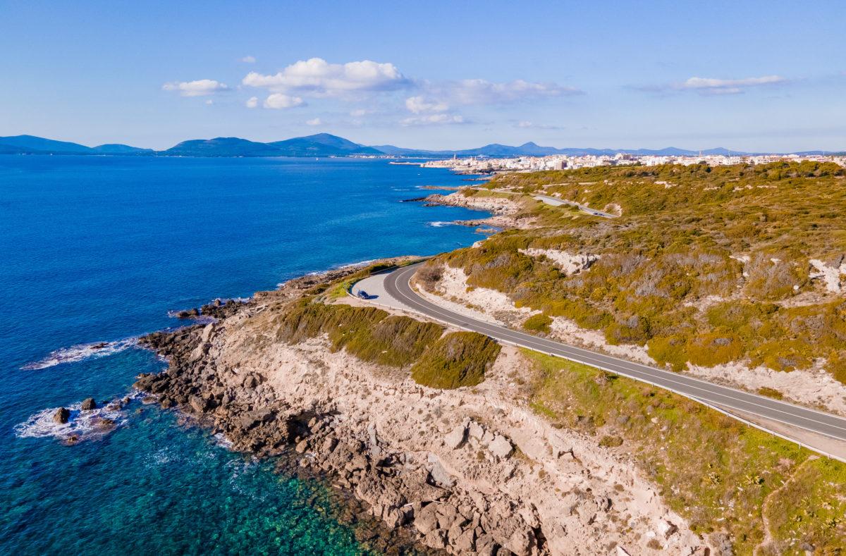 Route panoramique d'Alghero à Bosa pour un road trip à moto en Sardaigne
