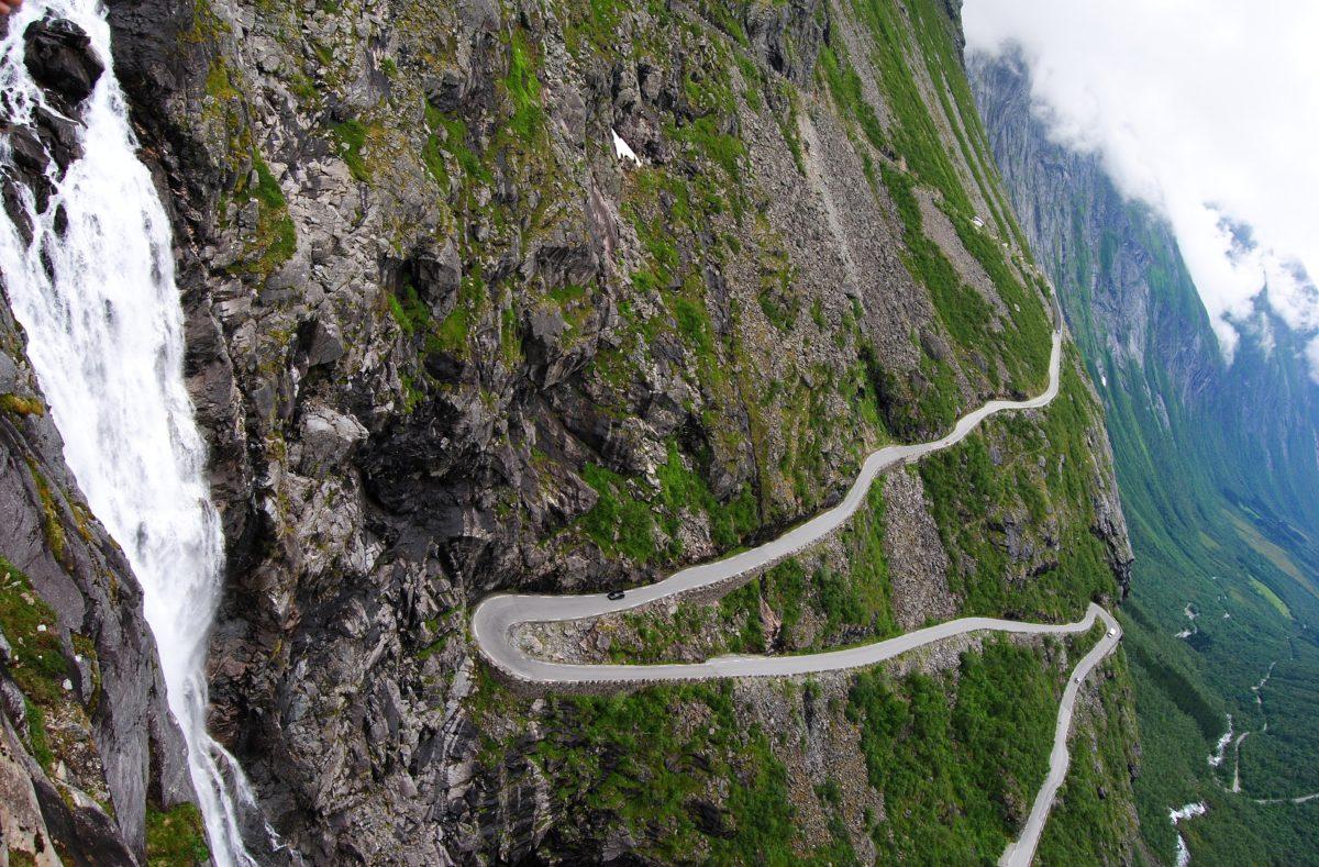 Vue de la route Trollstigen en Norvège, avec les cascades