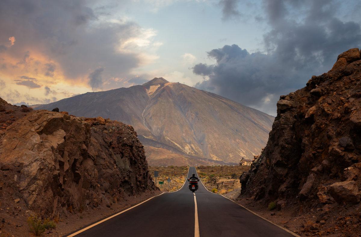 Route droite et vallonnée en direction du mont Teide